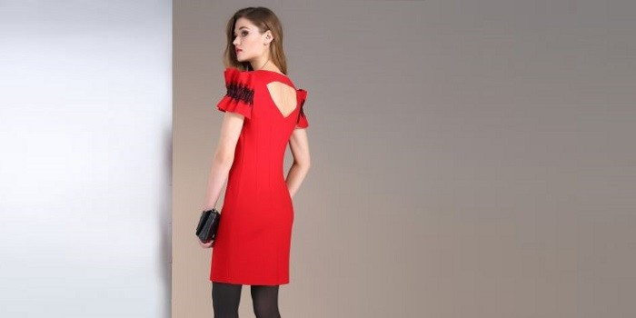62c09f56cae3 Červené koktejlové šaty s chladným odtieňom idú na blondínky s  aristokratickou bielou kožou. Červené vlasy alebo horiace brunety môžu  nosiť jasnejšie ...