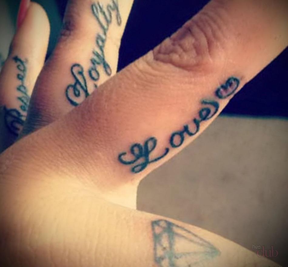 datovania dievča s tetovaním