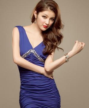 Чим прикрасити синє плаття. Синє плаття і червоні туфлі - свіжа ідея ... 8f994b666f8a5